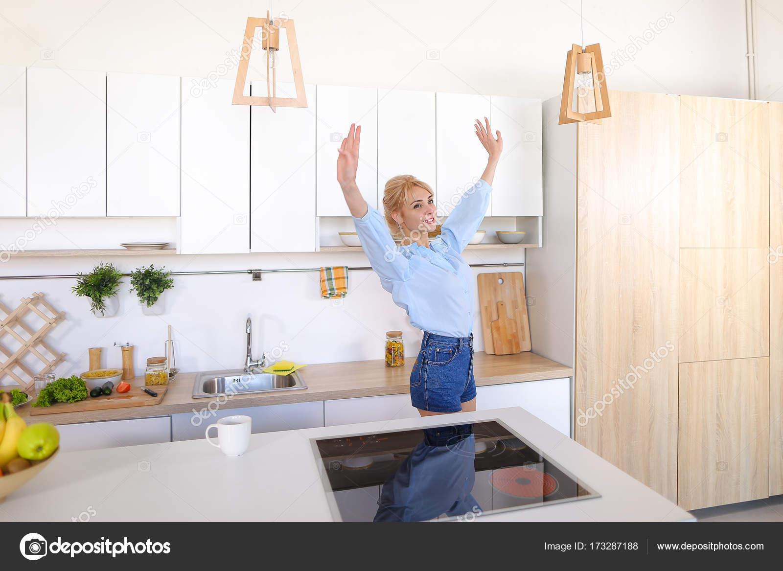 nice kitchen tables lowes appliances 漂亮的女孩走进了厨房和伸展运动 享受早晨c 图库照片 c sisterspro 有魅力的女人走过来和去厨房的桌子 举起双手向两侧上下能缓解紧张和花费手香早上新鲜咖啡 用轻松的笑容 站在中间的笑