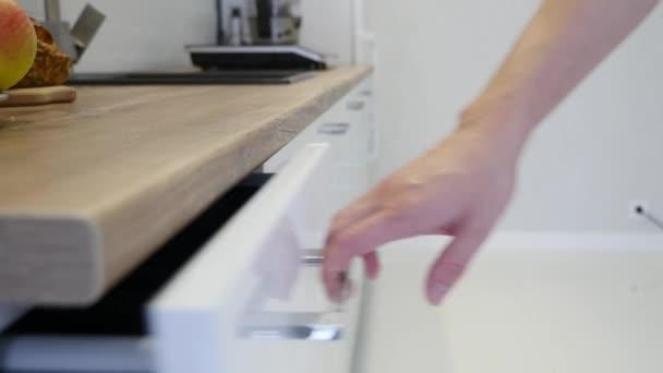 white kitchen cabinets island with drop leaf 妇女手打开一个白色厨柜的抽屉 图库视频影像 c andrew282 176763952