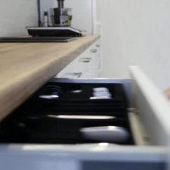 Kitchen Cabinet Knobs Inventory 妇女手打开一个白色厨柜的抽屉 图库视频影像 C Andrew282 177037676