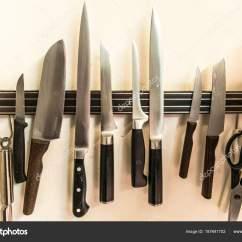 Kitchen Knife Magnet Kohler Faucet 一套高品质的厨房厨师刀工具上挂在墙上的磁铁板上 图库照片 C Donogl 挂在墙上的磁铁板上的一套高质量的厨刀工具 照片作者donogl