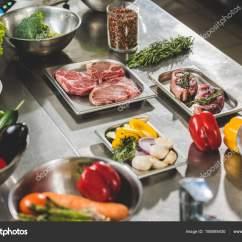 Kitchen Dining Tables Cabinet Drawer 餐厅厨房餐桌上的蔬菜生肉 图库照片 C Arturverkhovetskiy 188595430