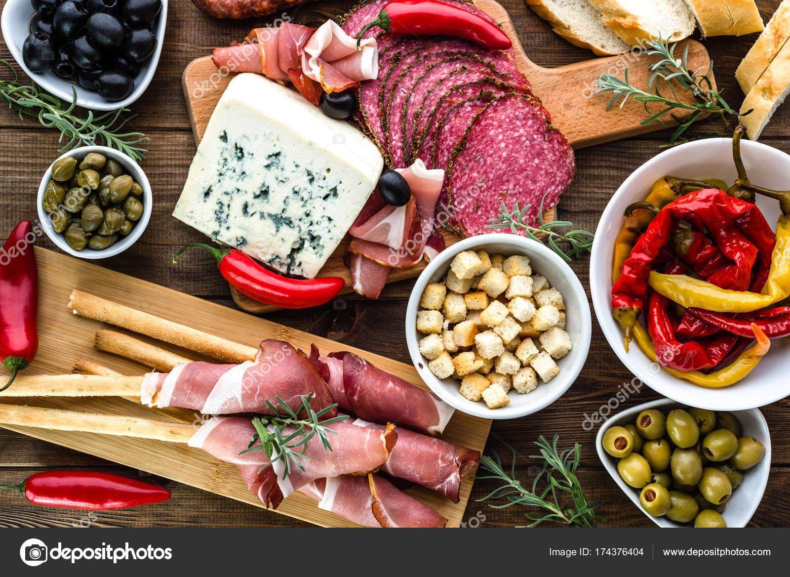Tavolo con cibo bar di tapas con cucina spagnola salumi