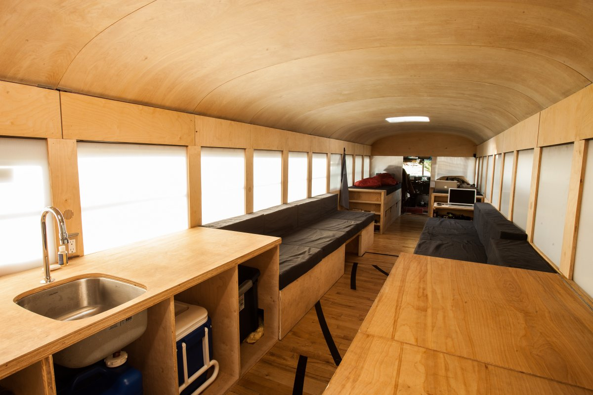Cuatro ideas para convertir un autobs viejo en una casa rodante  idealistanews