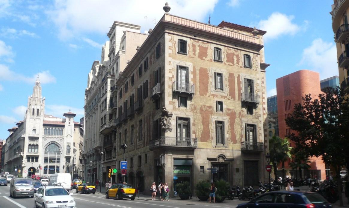Casa dels Velers en la Via Laietana, con el Palau de la Música atrás / Wikimedia commons