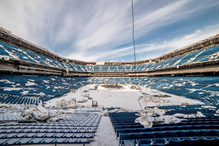 Estadio de fútbol abandonado a la intemperie / Johnny Joo