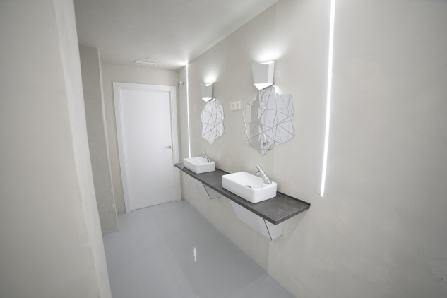 Dispone de baños y duchas / Optimi rooms