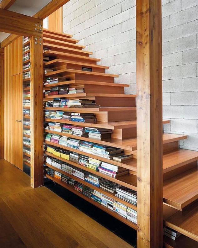 Una librería debajo de la escalera para aprovechar el espacio al máximo / Topdezigners