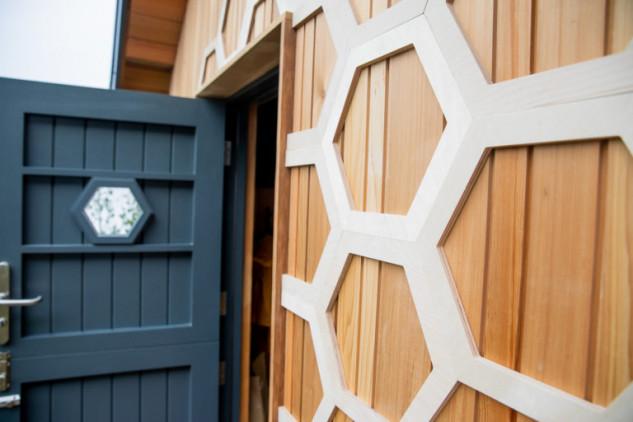 Combina madera y una puerta negra