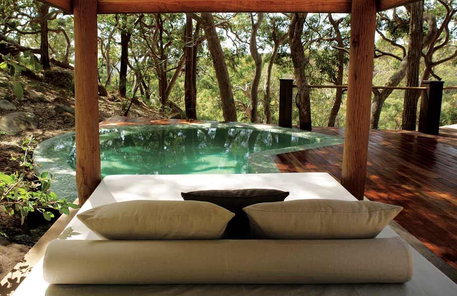 Case da sogno nella piscina tra gli alberi a guardare il
