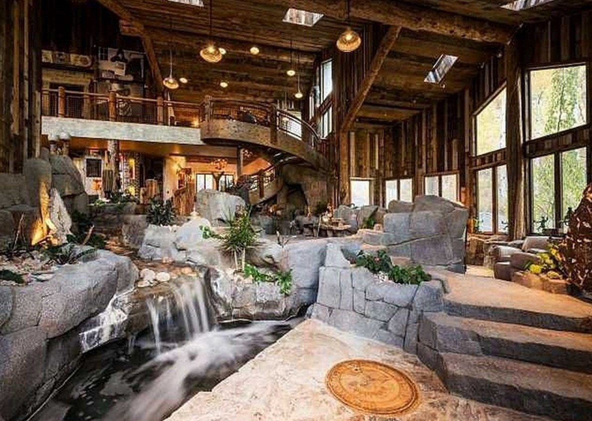 Una casa di montagna che passerebbe inosservata se non fosse per il fiume che attraversa il