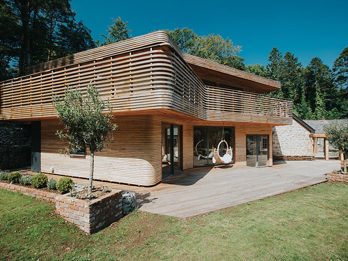La spettacolare casa di legno che un designer di arredamento ha costruito con le proprie mani