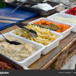 Kitchen Booths Backsplash Home Depot 露天厨房产品用于烹调三明治在木桌上的菜肴街头食品准备在食品摊位服务 露天厨房产品 用于烹调三明治在木桌上的菜肴 街头食品准备在食品摊位服务 照片作者kukota
