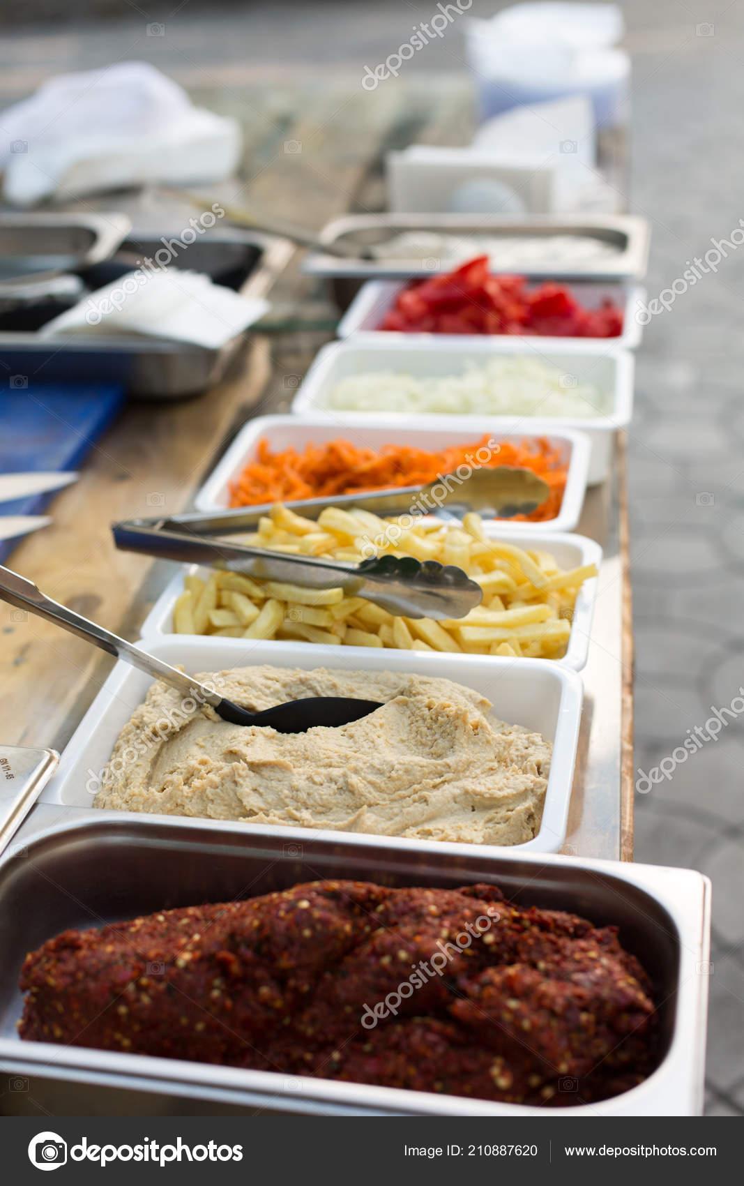 kitchen booths modern knobs 露天厨房产品用于烹调三明治在木桌上的菜肴街头食品准备在食品摊位服务 露天厨房产品 用于烹调三明治在木桌上的菜肴 街头食品准备在食品摊位服务 照片作者kukota