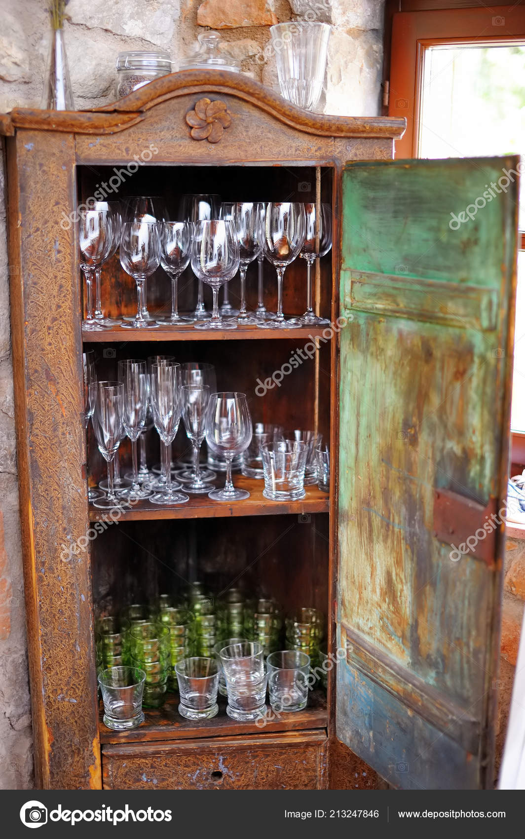 kitchen wood cabinets where to buy curtains 旧式乡村式木柜配套玻璃器皿及厨房设备 图库照片 c maximkabb 213247846