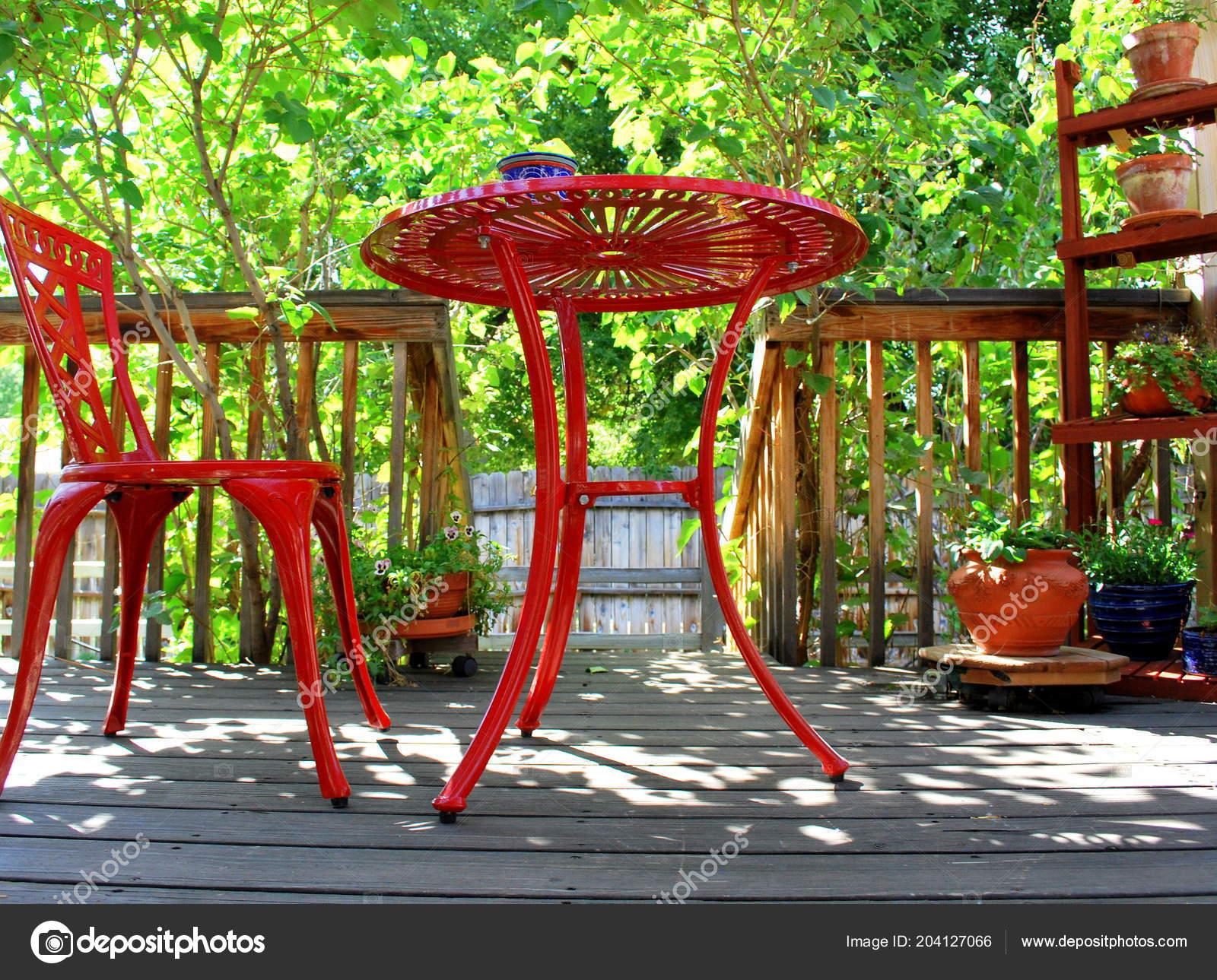 resume de meubles de patio rouge affiche sur le pont exterieur image de oscarcwilliams