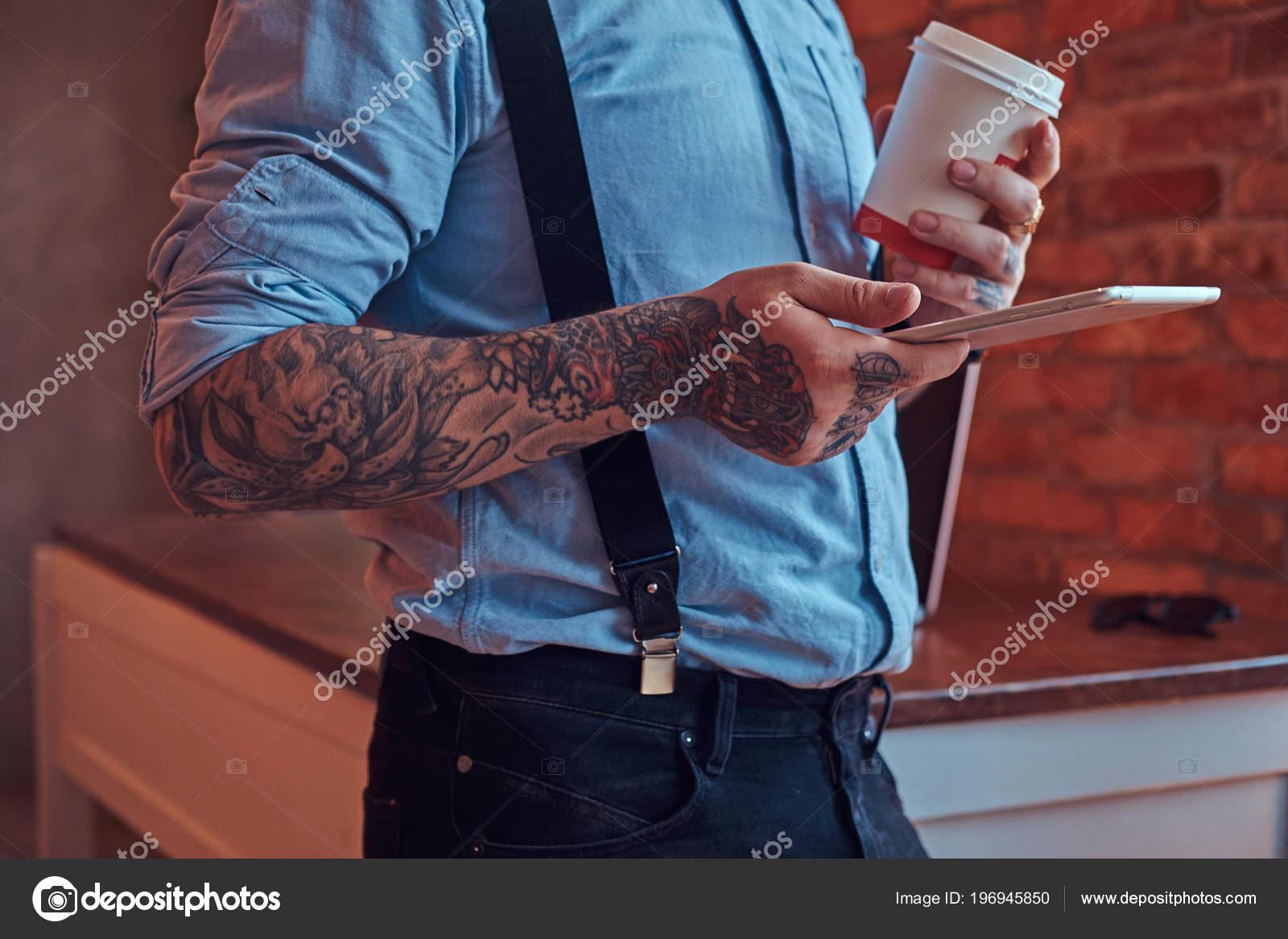 Recorta Imagen Hombre Tatuado Tradicional Lleva Una Camisa Tirantes