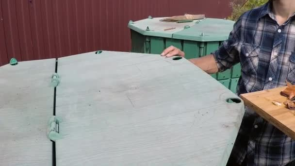 compost bin for kitchen cabinets seattle 农民把厨房垃圾扔到花园堆肥堆中进行回收和肥料慢动作 图库视频影像