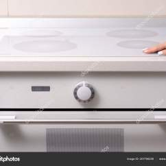 Kitchen Ovens Home Depot Fan 在厨房 烤箱滚刀女性手 图库照片 C Evgenyjs1 207756230