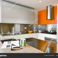 Kitchen Island Hood Design Studio 现代厨房的内饰镜头与钢罩和厨房岛 图库照片 C Aaphotograph 210623918
