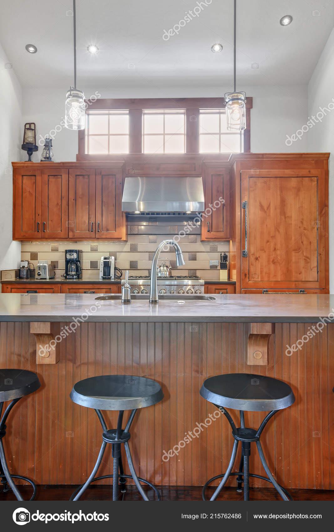 island kitchen hood resurfacing 可爱的厨房与不锈钢罩木柜和大中心岛 图库照片 c iriana88w 215762486