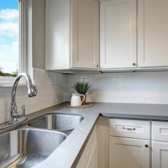 Kitchen Back Splash Dornbracht Faucet 现代白色橱柜 棕色马赛克背飞溅在公寓里 图库照片 C Iriana88w 128039284 白色和灰色厨房房间与现代