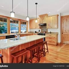 Kitchen Island Counter Top Of The Line Appliances 美丽的厨房与轻型木橱柜花岗岩柜台顶部和大中心岛 图库照片 C Iriana88w 图库