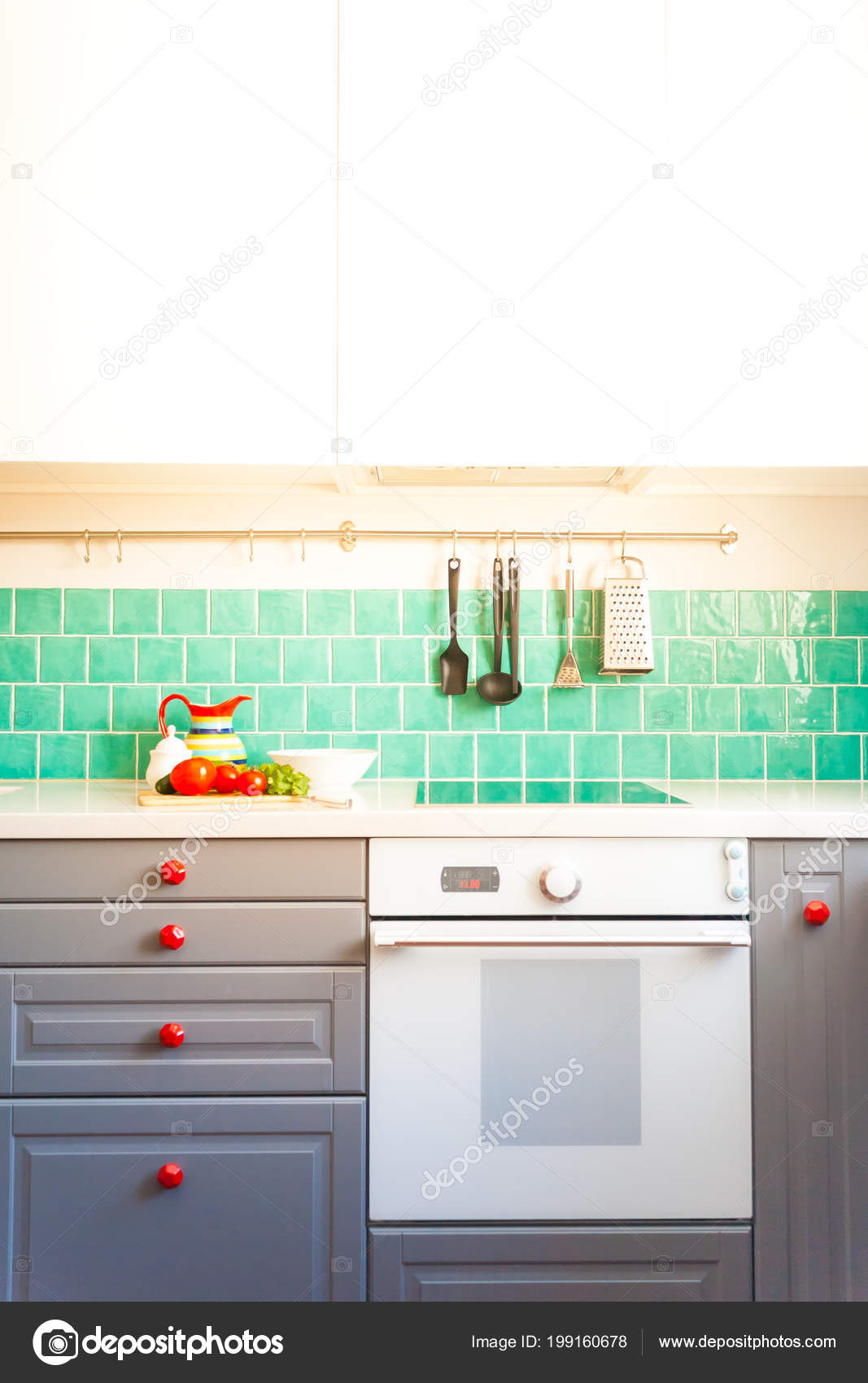 grey kitchen tile cabinets newark nj 现代灰色厨房特色深灰色扁平前柜配对白色石英台面和一个光泽的蓝色护理 现代灰色厨房特色深灰色扁平前柜配对白色石英台面和一个光泽的蓝色护理瓷砖 照片作者masalskaya