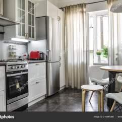Table Kitchen Las Vegas Strip Hotels With 内政部在斯堪的纳维亚风格的白色家具和一张餐桌厨房 图库照片 照片作者tashka2000
