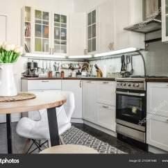 Table Kitchen Log Cabin Cabinets 内政部在斯堪的纳维亚风格的白色家具和一张餐桌厨房 图库照片 照片作者tashka2000