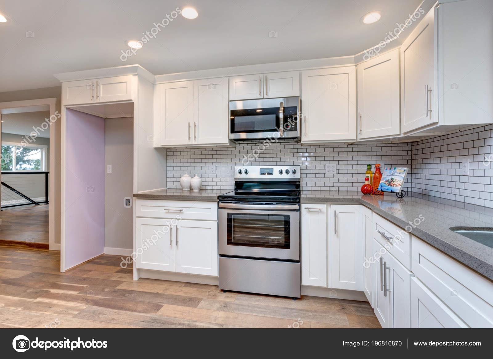 grey kitchen backsplash wall hangings 开放式概念厨房与白色橱柜灰色石英台面和瓷砖橱柜 图库照片 c alabn