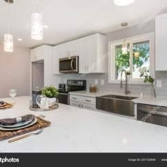 Islands Kitchen Wire Shelves 华丽的厨房与开放的概念展位白色橱柜和巨大的岛屿 图库照片 C Alabn 图库