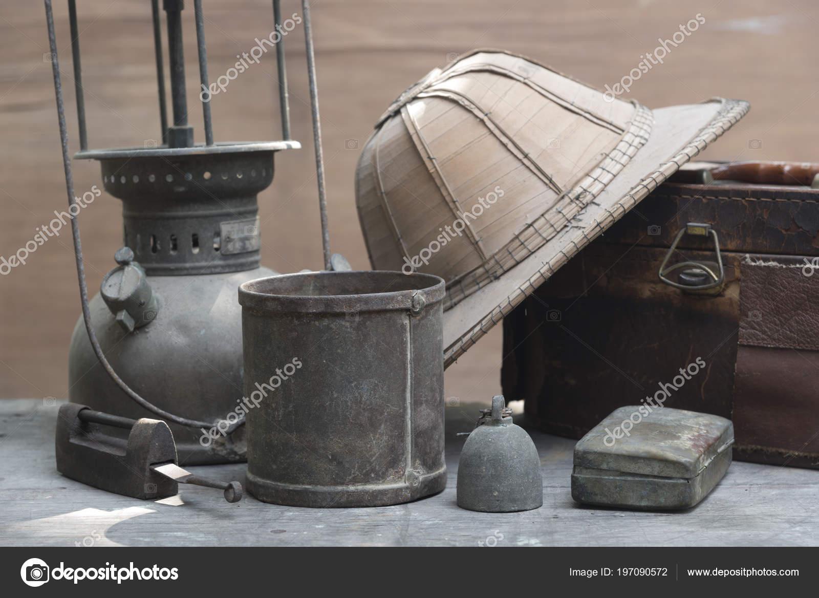 antique kitchen table black faucets pull out spray 旧古董的重量测量和厨房货物称重木制的桌子上 图库照片 c chokniti 197090572