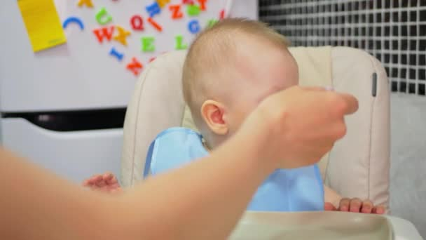 ellas kitchen baby food glass tile backsplash 母亲给婴儿喂食婴儿食品 婴儿在厨房吃食物 图库视频影像 c sgribanov