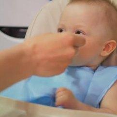 Ellas Kitchen Baby Food Pan Hanger 母亲给婴儿喂食婴儿食品 婴儿在厨房吃食物 图库视频影像 C Sgribanov