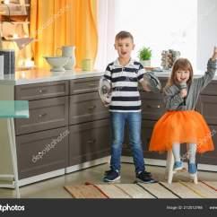 Kitchen Kid Decoration 可爱的小孩子在厨房里玩音乐乐队 图库照片 C Belchonock 212012768