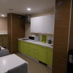 Compact Kitchens Changing Countertops In Kitchen 厨房家具的景色 绿色厨房位于紧凑的餐厅 厨房内部的概念 图库视频影像