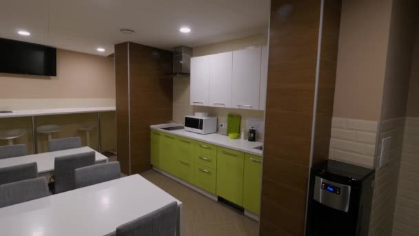 furniture for kitchen yellow table 厨房家具的景色 绿色厨房位于紧凑的餐厅 厨房内部的概念 图库视频影像