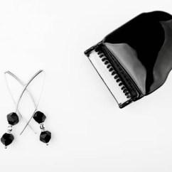 Silver Kitchen Aid Cast Iron Sink 银色耳环黑玛瑙石头白色背景玩具钢琴 图库照片 C Gorlov 223820438 银色耳环黑色