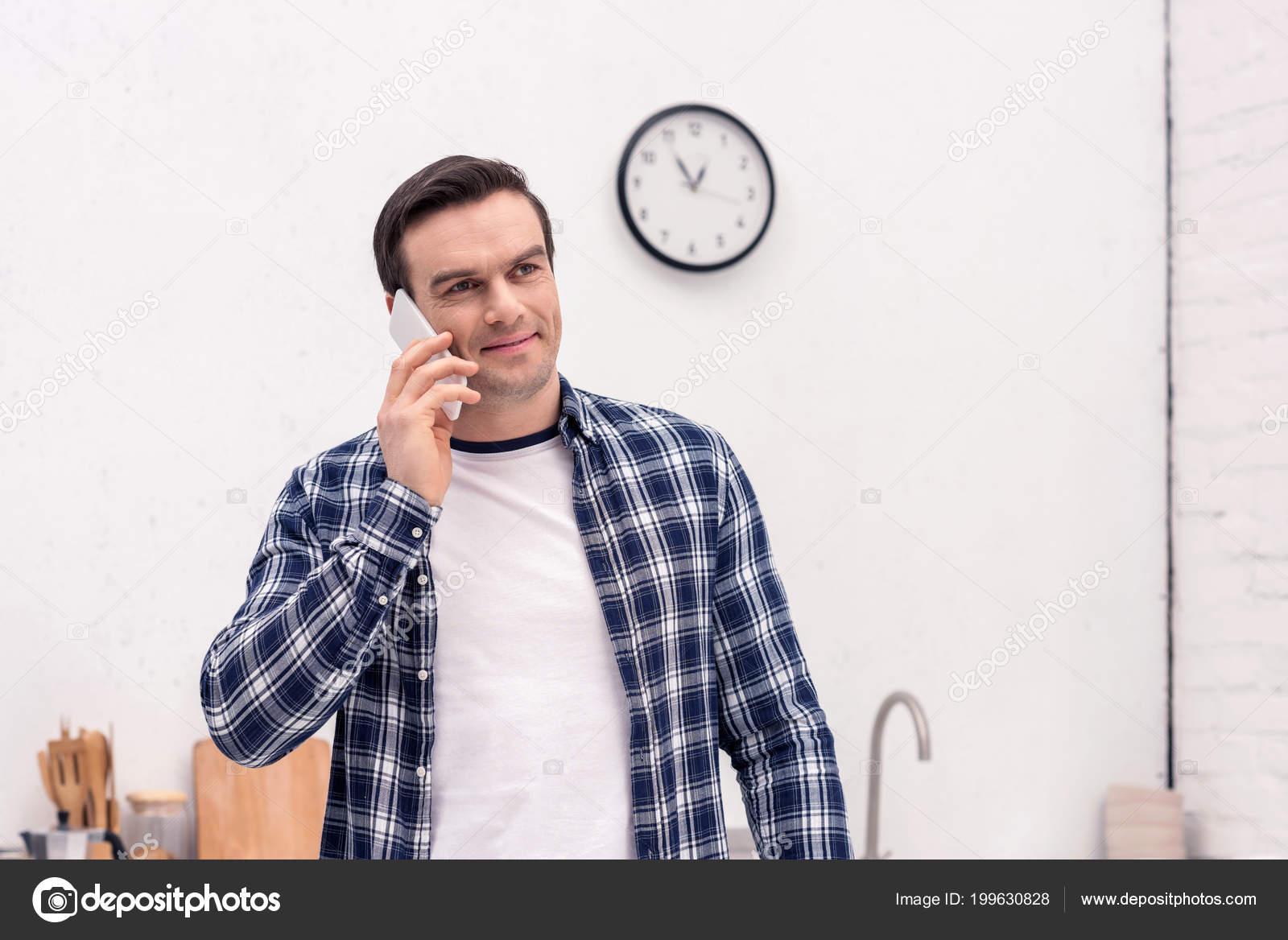 kitchen phone diy round table 愉快的成人人在厨房电话谈话 图库照片 c igorvetushko 199630828