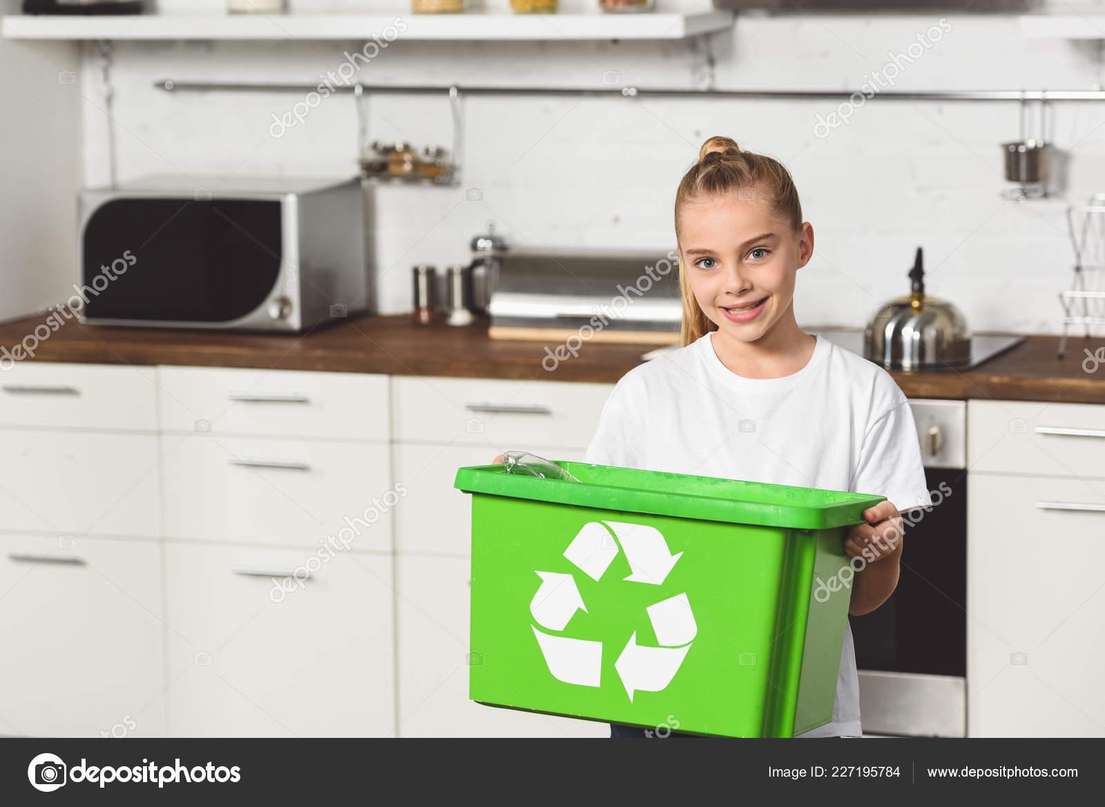 kitchen recycle bin 9 piece table set 微笑的孩子站在厨房与绿色回收盒 图库照片 c igorvetushko 227195784