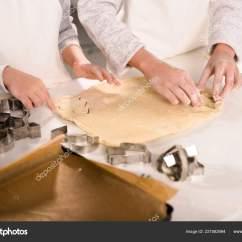 Kitchen Apron For Kids Best Cabinets The Money 裁剪的形象孩子们在围裙削减面团饼干在厨房的桌子 图库照片 图库