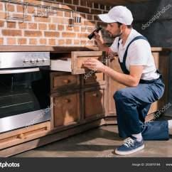 Kitchen Cabinets.com Wood And Stainless Steel Island 带手电筒的厨房害虫防治工作者检查柜 图库照片 C Edzbarzhyvetsky 203575184