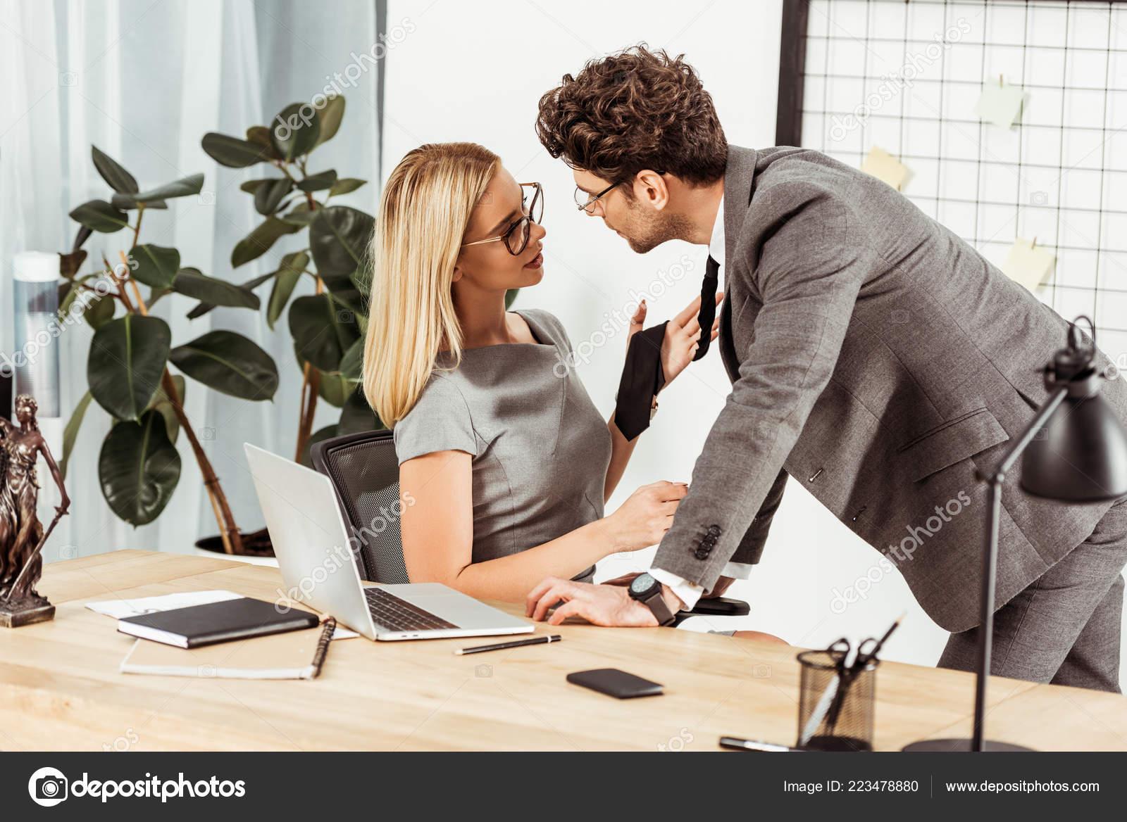 年輕的律師調情在辦公室的工作日 辦公室浪漫的概念 — 圖庫照片©EdZbarzhyvetsky#223478880