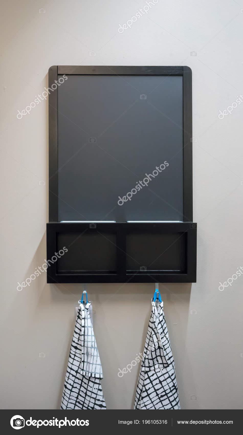 kitchen window valance can i paint my cabinets 木制黑色粉笔板挂布和墙上存放钩 图库照片 c v74 196105316