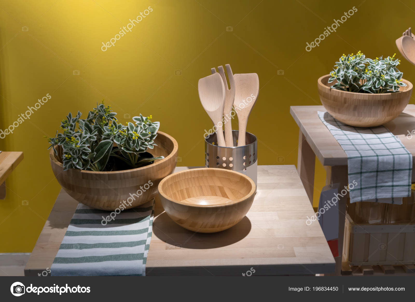 kitchen island carts cabinets omaha 为家居设计和装饰而关闭木岛厨房推车上的厨具黄色背景 图库照片 c v74 为家居设计和装饰而关闭木岛厨房推车上的厨具黄色