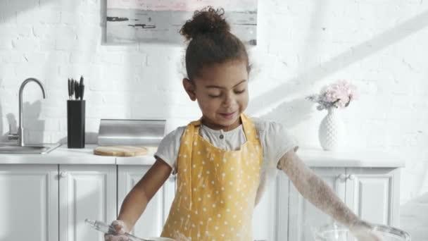 kitchen apron for kids cost cabinets 快乐的非洲裔美国孩子在围裙有乐趣与面粉在厨房的桌面