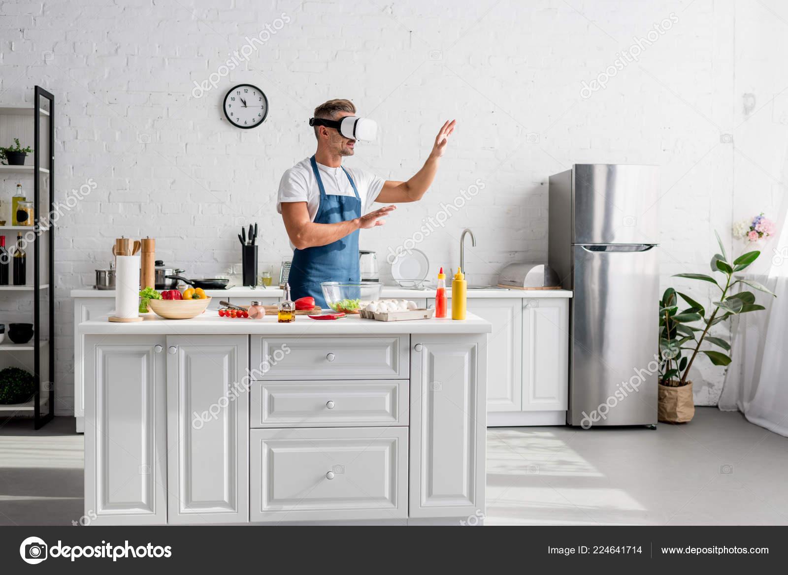 virtual kitchen modern light 成人炊具在虚拟现实耳机站在厨房 图库照片 c andrewlozovyi 224641714