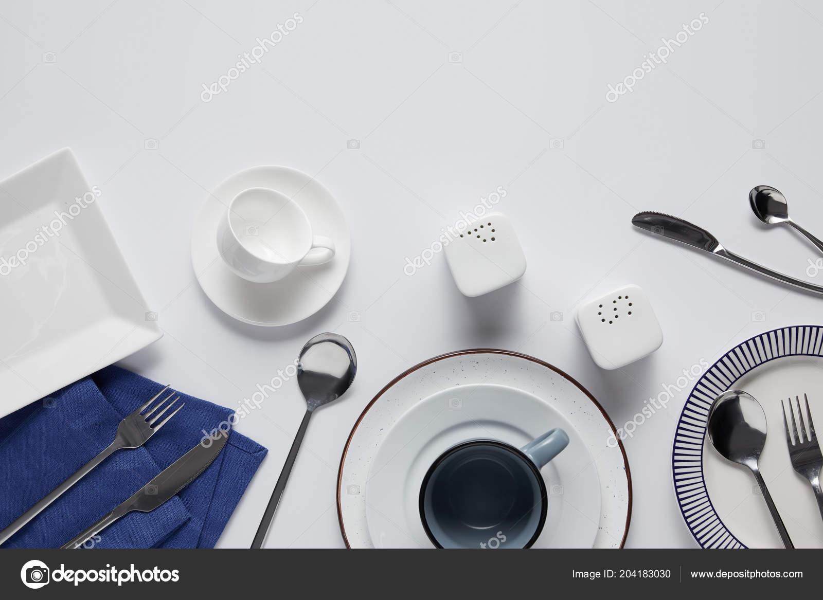 ceramic kitchen top seating 各种陶瓷板材胡椒脚轮厨房毛巾勺子和刀子在白色桌上的顶部视图 图库照片 各种陶瓷板材 盐瓶 胡椒脚轮 杯子 厨房毛巾 叉子 勺子和刀子在白色桌上的顶部视图 照片作者antonmatyukha