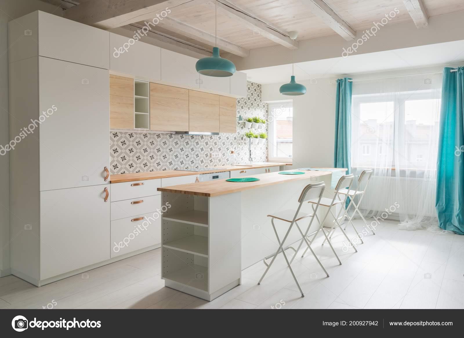 turquoise kitchen decor outdoor kitchens kits 打开明亮的厨房与白色家具岛上的厨房绿松石灯和窗帘现代明亮的阁楼公寓 打开明亮的厨房与白色家具岛上的厨房绿松石灯和窗帘
