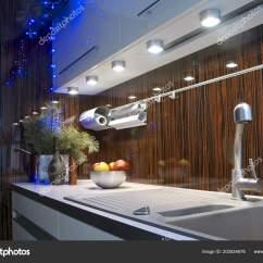 Brown Kitchen Sink Hotel Room With 台面石水槽和搅拌机在一个时髦的厨房棕色色调与花环花瓶和松树分行在圣诞 台面石水槽和搅拌机在一个时髦的厨房棕色色调与花环花瓶和